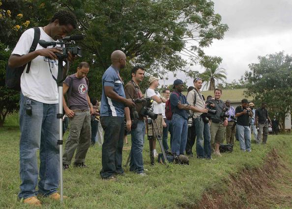 Οι δημοσιογράφοι περιμένουν την απόφαση του δικαστηριου.