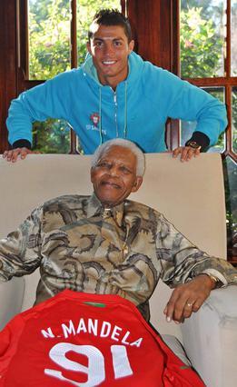 Κατά τη διάρκεια του φετινού Μουντιάλ ο Κριστιάνο Ρονάλντο βρήκε ευκαιρία  να επισκεφτεί τον Νέλσονα Μαντέλα τον οποίο θαυμάζει ιδιαίτερα.