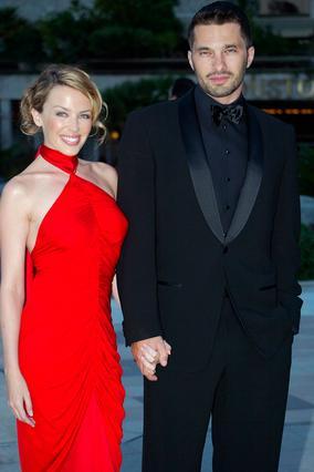 Η Κάιλι Μινόγκ χώρισε τον Ολιβιέ Μαρτίνεζ το 2007, ύστερα από  φημολογούμενη απιστία του.  Σήμερα, ο Γάλλος ηθοποιός  βγαίνει με τη Χάλι Μπέρι.