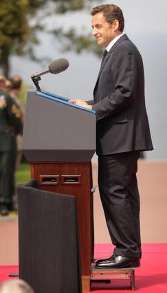 Κλασικό κόλπο: ανεβασμένος σε βάθρο κατά τη διάρκεια της ομιλίας του.