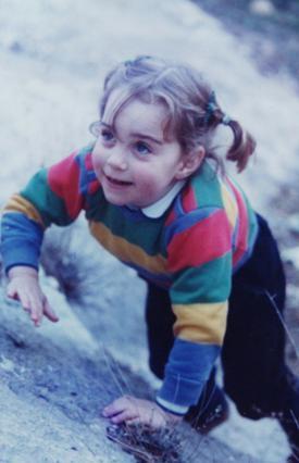 Σε ηλικία τριάμισι χρονών η Κέιτ Μίντλετον σκαρφαλώνει αποφασιστικά στα βράχια. Ποιος θα φανταζόταν τότε ότι αυτό το χαριτωμένο κοριτσάκι θα γινόταν κάποτε πριγκίσσα;
