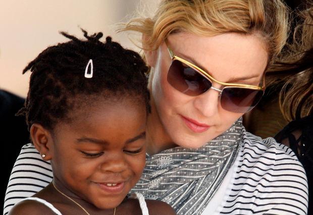 Η Μαντόνα με τη Μέρσι Τζέιμς, το δεύτερο παιδάκι από το Μαλάουι που υιοθέτησε.