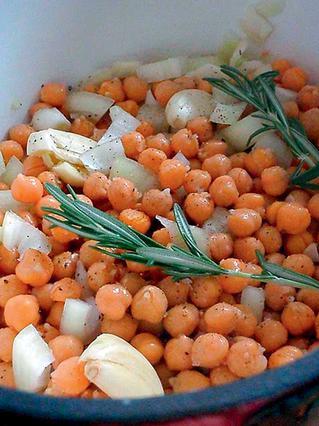 Ρεβίθια στο φούρνο με δεντρολίβανο
