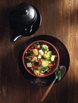 Σαλάτα με ντομάτα, κρεμμύδι, ρεβίθια και φέτα