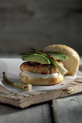 Θαλασσινό  burger με αβοκάντο και φρέσκα κρεμμύδια