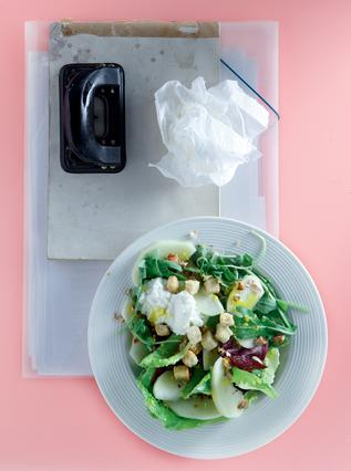 Πράσινη σαλάτα με μήλο και αμύγδαλα