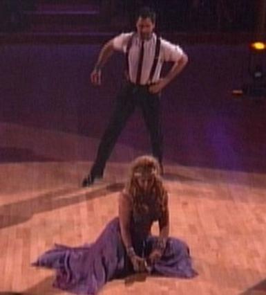 Πάνω στη φιγούρα, η Κίρστι αντιλήφθηκε ότι της είχε φύγει το παπούτσι (!).  Τι να σου κάνει η άμοιρη; Καθυστέρησε λίγο τη χορογραφία μέχρι να το ξαναφορέσει.