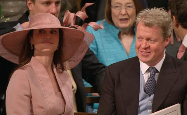 Ο αδελφός της Νταϊάνα, Τσαρλς Σπένσερ, βρισκόταν στις πρώτες σειρές των καθισμάτων μαζί με την μέλλουσα τρίτη σύζυγό του.