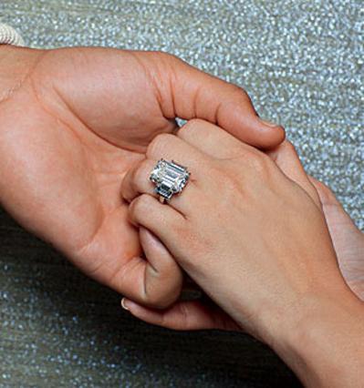 2 εκατομμύρια δολάρια πλήρωσε ο Κρις για το 20,5 καρατίων δαχτυλίδι αρραβώνων που έδωσε στην Κιμ και τώρα το θέλει πίσω.