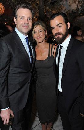 Η Τζένιφερ Άνιστον με τον αγαπημένο της Τζάστιν Θερού (δεξιά) και τον Τζέισον Σουντέικις σε πρόσφατη κοινωνική εκδήλωση.