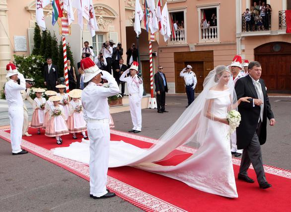 Η νύφη οδηγείται στην τελετή από τον πατέρα της.
