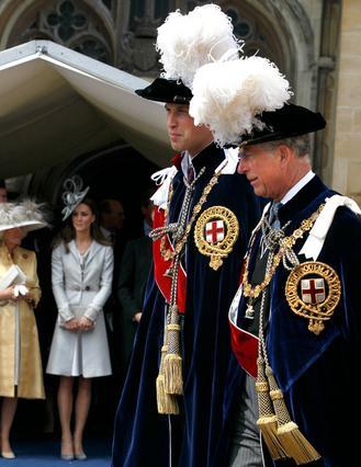Η δούκισσες Καμίλα και η Κάθριν  καμαρώνουν  από μακριά τους συζύγους τους, πρίγκιπες Κάρολο και Γουίλιαμ αντίστοιχα.