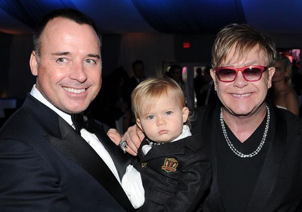 Ακόμη ένα μέλος αναμένεται στην οικογένεια του σερ Έλτον Τζον και του Ντέιβιντ Φέρνις. Εδώ το ζεύγος με τον γιο τους, Ζάκαρι.