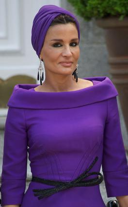Η Σεΐχα Μοζάχ είναι η δεύτερη σύζυγος του Εμίρη του Κατάρ και είναι διάσημη για το μοναδικό στυλ της και την αγάπη της για τη Δύση και τη μόδα. Σίγουρα θα γίνουν πολύ καλές φίλες με τη Βικτόρια.