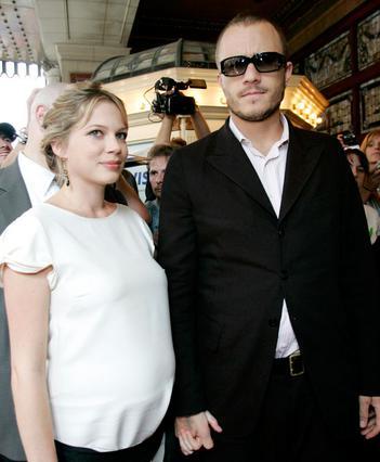Η Μισέλ Γουίλιαμς μαζί με τον Χιθ Λέτζερ το 2004, έγκυος στην κορούλα τους Ματίλντα.
