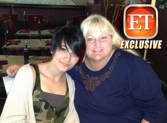 Η Ντέμπι Ρόου σήμερα μαζί με την κόρη της, Πάρις Τζάκσον, λίγο πριν η 15χρονη κάνει απόπειρα αυτοκτονίας.