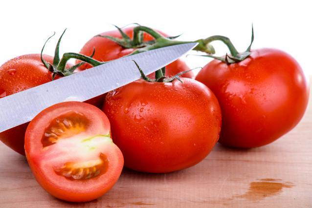 1. Κόβουμε την ντομάτα στη μέση κατά μήκος.