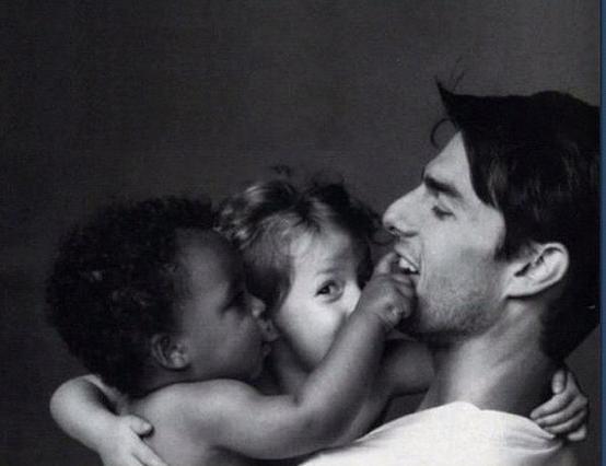 Δες τον Τομ Κρουζ αγκαλιά με τα παιδιά του