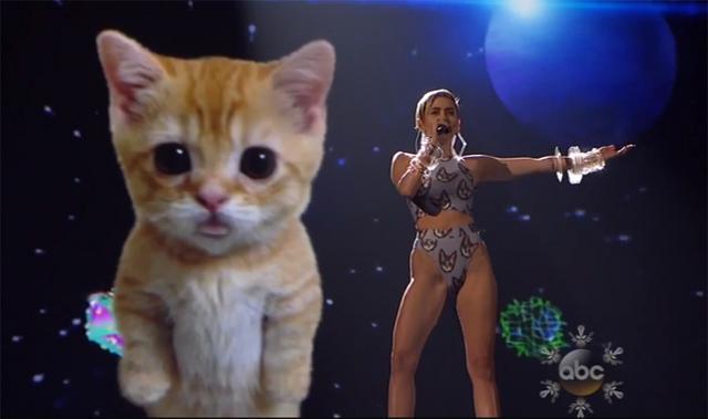 Η Μάιλι έβαλε το γατάκι της να... κλάψει