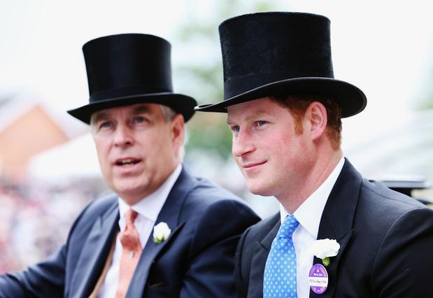 Αυτή τη φορά, ο πρίγκιπας Άντριου (αριστερά) ξεπέρασε σε μπελάδες τον ανιψιό του, πρίγκιπα Χάρι (δεξιά) καθώς φέρεται κατηγορούμενος σεξουαλικού σκανδάλου που έχει δημιουργήσει υστερία στο παλάτι.