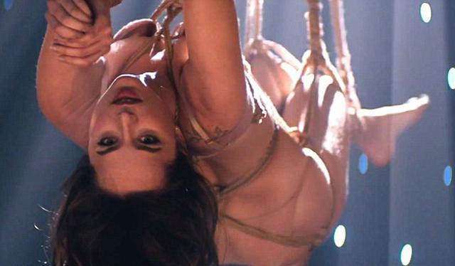 Γυμνή & κρεμασμένη από σχοινιά η Ντακότα Τζόνσον