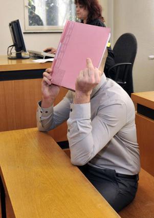 Ο Έντις Καγιαλάρ αντιμετωπίζει με αυτό τον  ιδιαίτερο  τρόπο τις κάμερες κατά τη διάρκεια  της χθεσινής δίκης του.