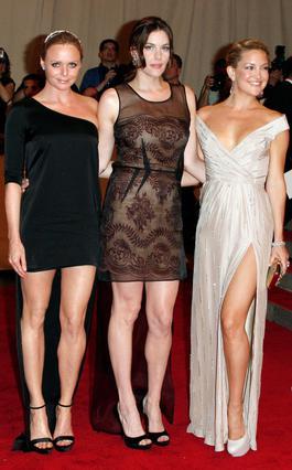 Η Κέιτ Χάτσον χαμογελά γεμάτη  αυτοπεποίθηση ποζάροντας μαζί  με τη Στέλα ΜακΚάρτνεϊ και τη Λιβ Τάιλερ.