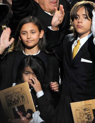 Η Πάρις, ο Πρινς και ο Μπλάνκετ στην κηδεία του πατέρα τους.