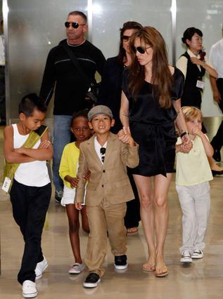 Τα παιδιά των Μπραντζελίνα έχουν εξοίκειωθεί από πολύ μικρά  στα αεροδρόμια, οπότε τα ταξίδια δεν τρομάζουν την οικογένεια στο παραμικρό.