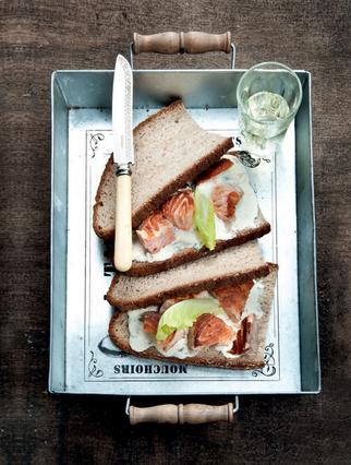 Σάντουιτς με ψητό σολομό και μαγιονέζα