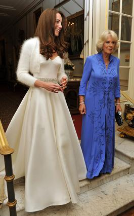Η πριγκίπισσα Κάθριν συνοδευόμενη από την δούκισα Καμίλα, αναχωρεί από το Κλάρενς Χάουζ για την ανεπίσημη βραδινή δεξίωση, φορώντας την έξωμη τουαλέτα της.