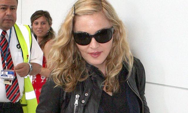 Κάτι ξέρει και φοράει σκούρα γυαλιά η Μαντόνα