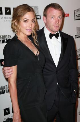 Ο Γκάι Ρίτσι με τη νυν σύντροφό του, Τζάκι Ανσλεϊ, η οποία πρόσφατα του χάρισε ακόμη έναν γιο.