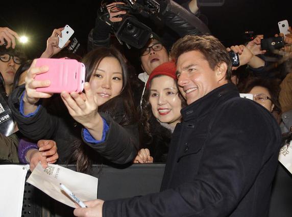Ο Τομ Κρουζ φωτογραφίζεται με θαυμάστριες του στην επίσκεψη του στη Νότια Κορέα στα μέσα Ιανουαρίου.