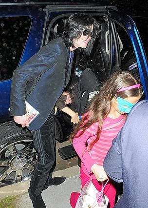 Μεγαλώνοντας δίπλα στον Μάικλ Τζάκσον η Πάρις, όπως και τα αδέλφια της, κυκλοφορούσαν τον περισσότερο καιρό με μάσκες στο πρόσωπο.