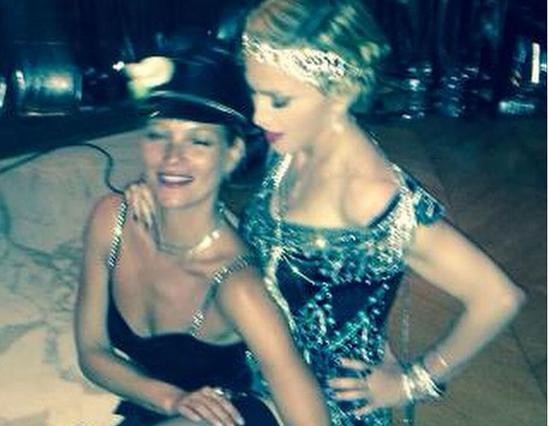 Κέτι Μος και Μαντόνα: οι δύο φίλες διασκεδάζουν στα γενέθλια της τραγουδίστριας στις 16 Αυγούστου, ντυμένες σε στυλ 20s (Madonna/Instagram).