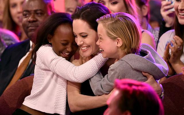 <p>Στα βραβεία<strong> Nikolodeon Kids' Choice Awards </strong>επέλεξε η Αντζελίνα Τζολι (Angelina Jolie) να κάνει την πρώτη της δημόσια εμφάνιση μετά την αφαίρεση των ωοθηκών και των σαλπίγγων τη