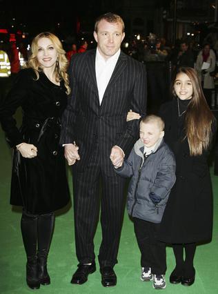 Η Μαντόνα με τον Γκάι Ρίτσι,  τον Ρόκο (που δεν φαίνεται  να αντέχει τα φλας) και  τη Λούρδη, το 2007, στο Λονδίνο.