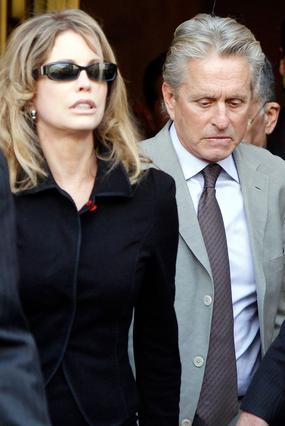 Ο Μάικλ Ντάγκλας και η πρώην  γυναίκα του, Ντιάντρα, βγαίνουν  σκεπτικοί από το δικαστήριο.