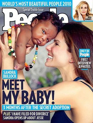 Στο εξώφυλλο του περιοδικού  People η Σάντρα Μπούλοκ  μας παρουσιάζει τον γιο της  τρισευτυχισμένη.