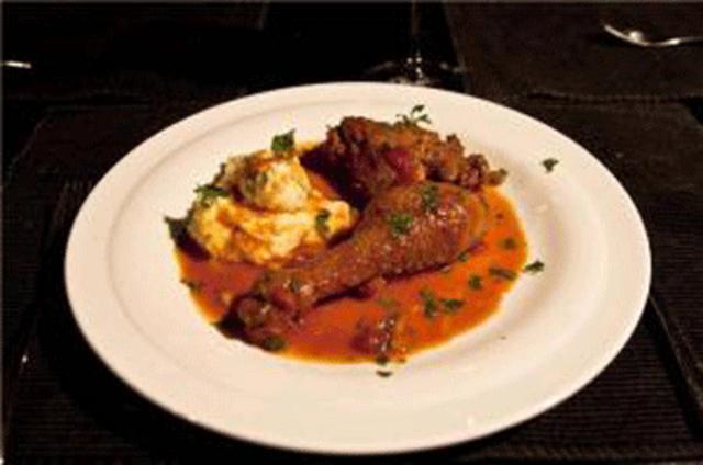 Βάλτε πρώτα τον πουρέ στο ζεστό πιάτο και μετά το κρέας και  καλή σας απόλαυση!