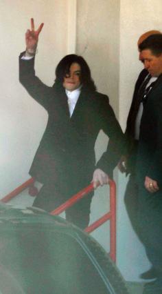 Το 2003 δεν ήταν μια καλή χρονιά  για τον Μάικλ Τζάκσον. Εδώ,  φωτογραφίζεται καθώς αποχωρεί άπο το δικαστήριο όπου αντιμετώπισε κατηγορίες παιδεραστίας.