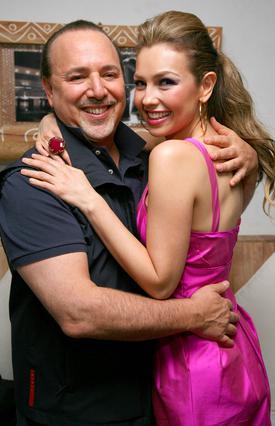 Το μεγάλο αφεντικό της Sony και  πρώην σύζυγος της Μαράια Κάρεϊ,  Τόμι Μοτόλα με τη νυν γυναίκα του,  γνωστή Μεξικανή τραγουδίστρια και ηθοποιό, Ταλία.
