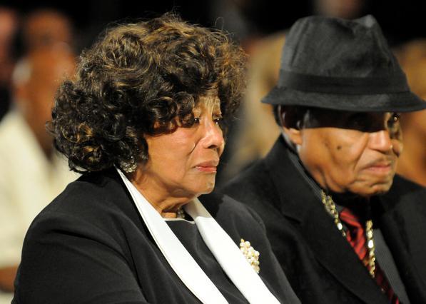Η μητέρα του Τζάκσον, Κάθριν φανερά συγκινημένη δίπλα στον πατέρα του, Τζο.
