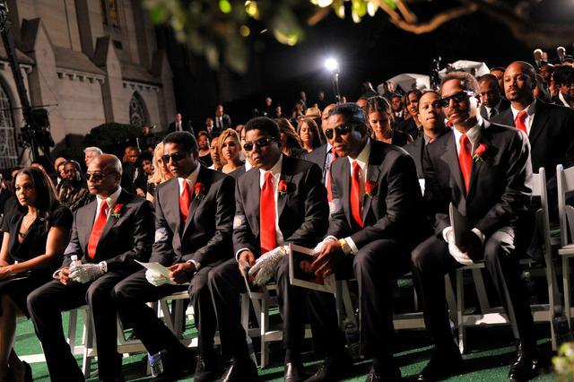 Οι αδελφοί Τζάκσον παρακολουθούν την τελετή από την πρώτη σειρά.