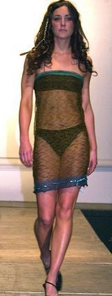 Ντυμένη έτσι να περπατάει  στην πασαρέλα είδε την Κέιτ  για πρώτη φορά ο Γουίλιαμ  και τρελάθηκε.