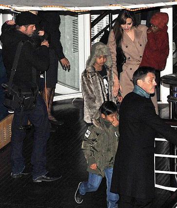 Η Αντζελίνα με τη Ζαχάρα στην  αγκαλιά, ο Μπραντ με τη Σιλό  και ο Μάντοξ με τον εορτάζοντα  Παξ αποβιβάζονται από το ποταμόπλοιο  όπου νωρίτερα είχαν το ιδιωτικό  τους πάρτι.