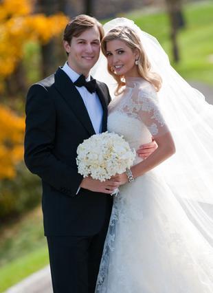 Οι νεόνυμφοι στην παραδοσιακή πόζα  του γάμου μετά την τελετή.