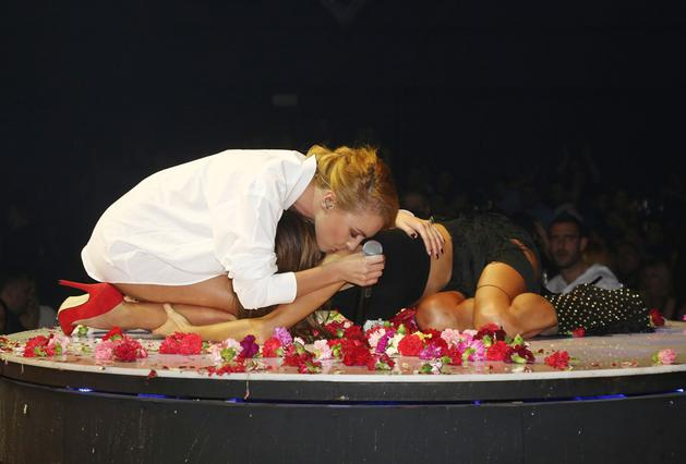Πάολα - Τάμτα: Σοκάρουν πάνω στη σκηνή