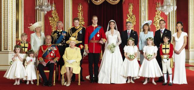 Σύσσωμη η βασιλική οικογένεια ποζάρει μαζί με τους συμπέθερους Μίντλετον και τα παρανθυμφάκια για την επίσημη φωτογραφία μετά τον γάμου του Γουίλιαμ και της Κάθριν.